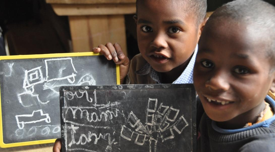 Estudiantes aprendiendo vocabulario en inglés de nuestro voluntariado de Educación en Madagascar.